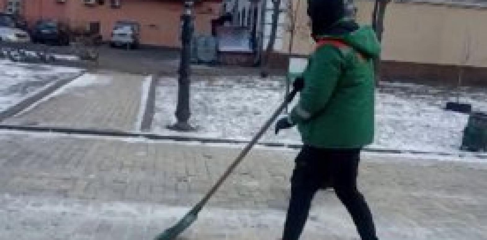 В КГГА показали, как вандал с Аллеи художников убирает улицы Киева