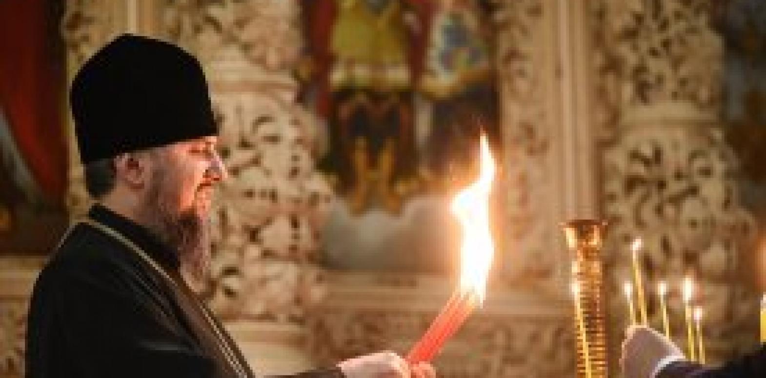 ПЦУ в Киево-Выдубицком Михайловском монастыре приняла благодатный огонь из Иерусалима