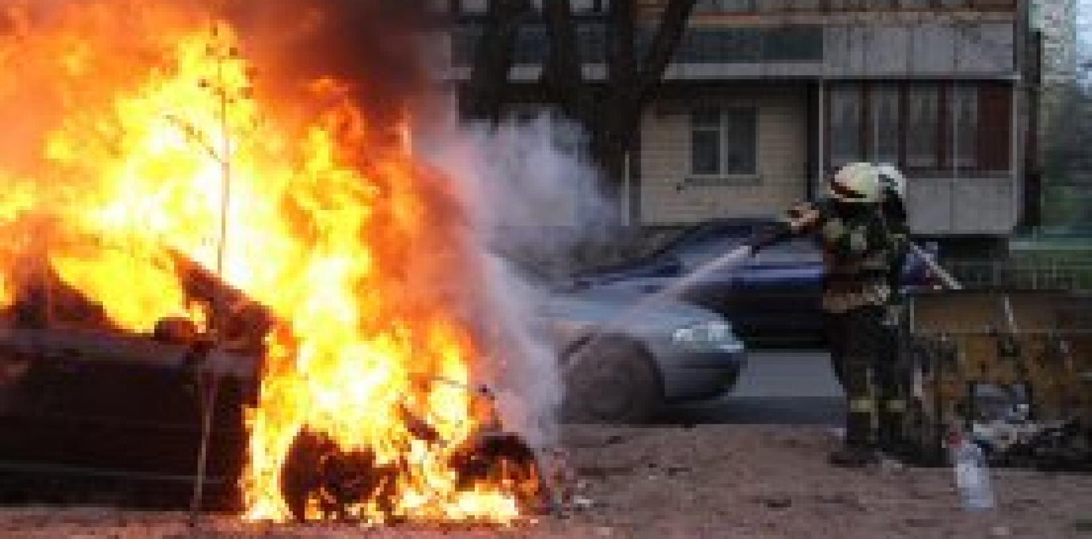 В Киеве за минувшие сутки дважды тушили горящие автомобили